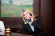 freundliche hotelangestellte am telefon