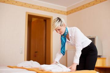 junge frau arbeitet im hotel