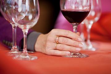 frau hält glas mit rotwein
