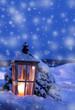 alte grosse Laterne mit Kerzenlicht im Schnee