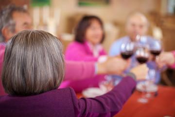 ältere ehepaare prosten mit rotwein