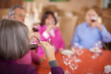 freunde trinken rotwein im restaurant