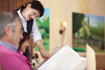 freundliche bedienung mit gästen