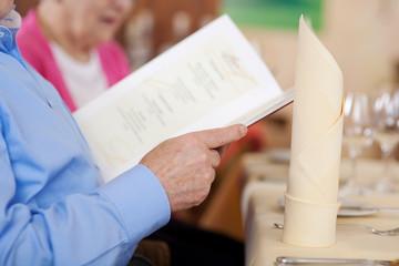 ältere gäste lesen speisekarte
