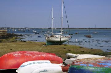 Bateaux à marée basse à Port Louis en Bretagne dans le Morbihan