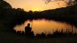 Detaily fotografie zadní pohled na rybáře chytat ryby na rybníku