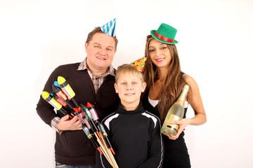 Eine kleine Familie freut sich auf Silvester