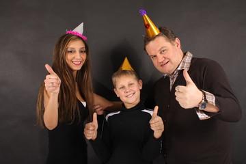 Eine junge Familie feiert eine Party