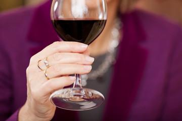 gepflegte frau trinkt rotwein