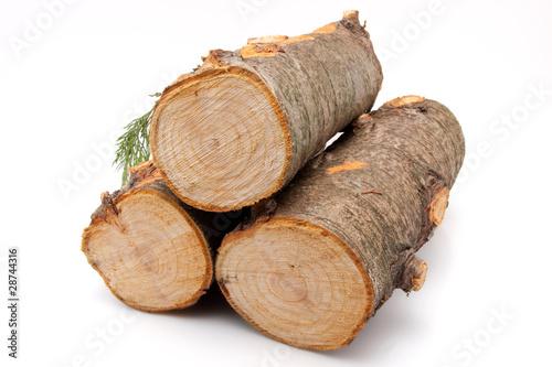 Stapel Feuerholz vor weissem Hintergrund