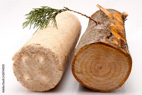 Feuerholz und Kaminbrikett vor weissem Hintergrund