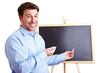 Lachender Lehrer vor Tafel