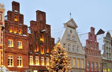 Weihnachtliches Lüneburg: Treppengiebel mit Weinachtsbeleuchtung