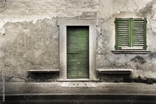 vecchio uscio di edificio abbandonato - 28751129