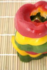 Tranches de poivrons multicolores empilées