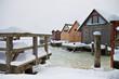 Bootshäuser am Bodden im Winter.