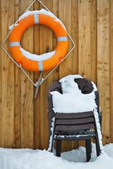 Rettungsring und Stühle.