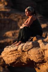 mujer adulta pensativa en el desierto Jordania