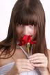 eine junge Frau hält eine Rose
