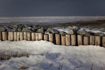 Wellenbrecher im Winter
