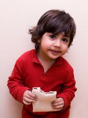 bambino che mangia tramezzino