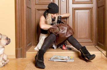 frau sucht schlüssel in handtasche
