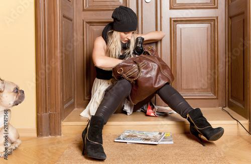 Leinwanddruck Bild frau sucht schlüssel in handtasche