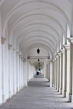 Colonnade blanche avec deux amants