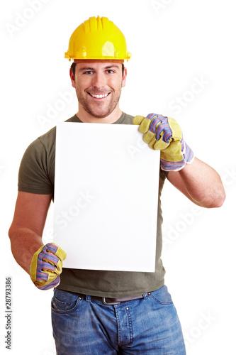 Bauarbeiter hält weißes Schild