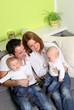 lachende Familie mit Zwillingen