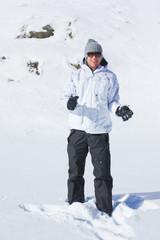 ragazzo che gioca con la neve in montagna