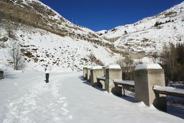 Strada di un passo di montagna con protezioni antivalanghe