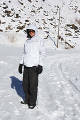 ragazzo che gioca nella neve in montagna