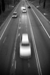 Estrada com trânsito. a preto e branco