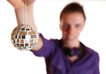DJ hält Discokugel