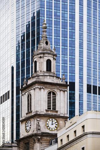 Wieża kościelna na tle nowoczesnej architektury Londyn