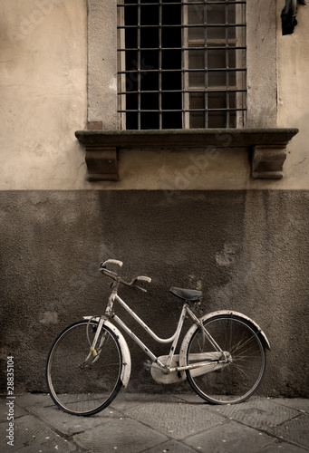 Italian old-style bicyle in Lucca, Tuscany - 28835104