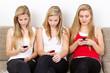 junge frauen verschicken sms mit dem handy