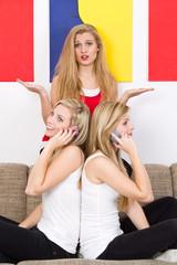 drei blonde frauen