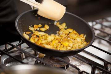 bratkartoffel in der hotelküche