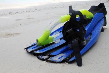 maschera e pinne sulla sabbia