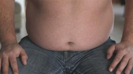 Ann zeigt seinen dicken Bauch