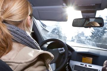 Sonne blendet Autofahrerin