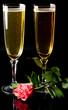 fluttes à champagne et reflet sur fond noir - saint valentin