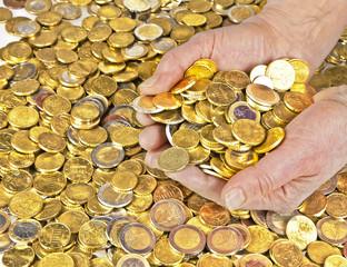 Hände mit Euro, Cent und Münzen