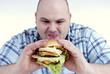 Mann mit Cheeseburger