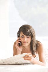 Christina,á plat ventre,téléphone,journal