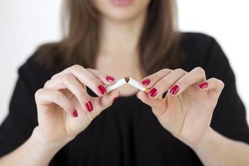 Frau zerbricht Zigarette