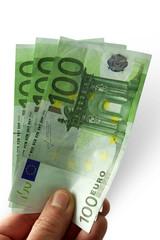 mano con banconote da cento euro su fondo bianco