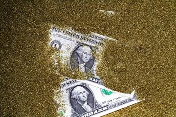 埋もれるドル紙幣